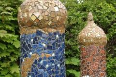 """Mosaik søjler, udført af Marie Elisabeth A. Franck Mortensen, """"De Kreative Mellemrum"""""""