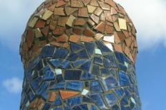 """Mosaik søjle, udført af Marie Elisabeth A. Franck Mortensen, """"De Kreative Mellemrum"""""""