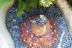 """Vandskulptur i mosaik, udført af Marie Elisabeth A. Franck Mortensen, """"De Kreative Mellemrum"""""""